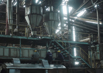 Ouvriers réparant des machines à la Chemelil Sugar Factory, Chemelil, Kenya, février 2020